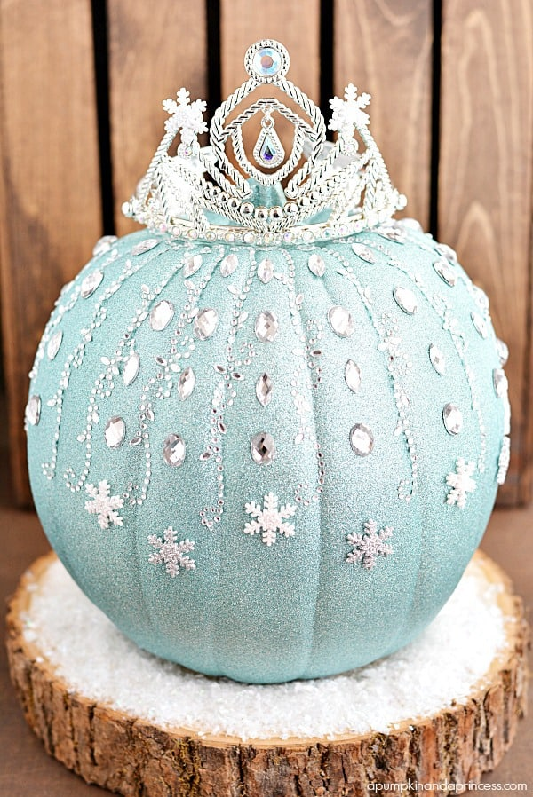 Ice Queen Pumpkin - Looking for original no carve DIY pumpkin decorating ideas? Use them for Halloween & Thanksgiving for an amazing fall decor. Home DIY for Fall holidays