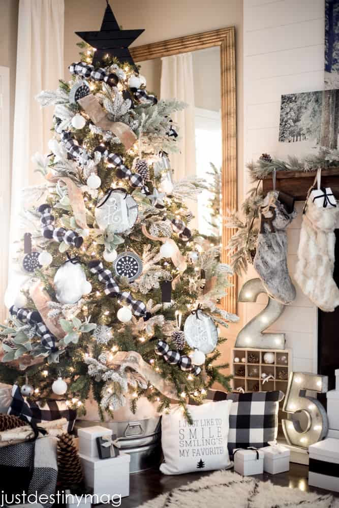 Christmas Tree Decorations – Best Themes and Ideas Farmhouse Style. Looking for great ideas of Christmas Tree decorations? Save this awesome collection to your Christmas Decor board on Pinterest! #christmas #xmas #christmasdecor #christmastree #homedecor #decor #decoration