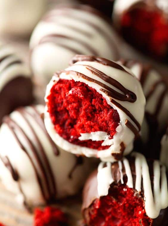 Easy Valentines Day Dessert Recipes to Try this Year! Are you looking for some delicious yet easy Valentines Day dessert recipes to try this year? You'll find a great collection below, save your favorite recipes to Valentine's Day Desserts board on Pinterest and check them later at any time! #valentines #valentinesday #desserts #dessertfoodrecipes #recipes #food